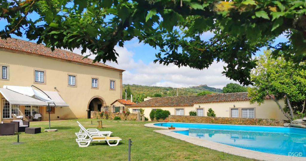 A piscina em ou perto de Hospedaria do Convento d'Aguiar- Turismo de Habitacao