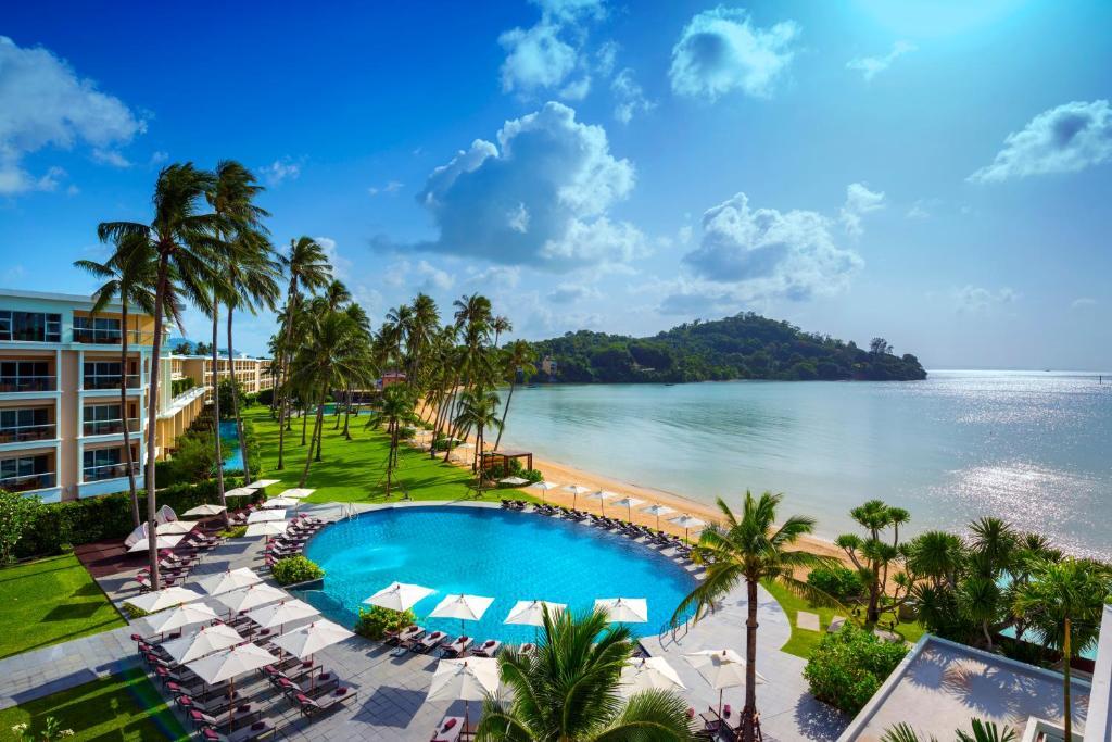Вид на бассейн в Crowne Plaza Phuket Panwa Beach или окрестностях