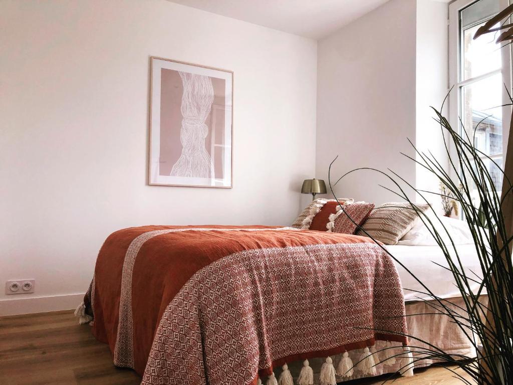 A bed or beds in a room at Joffre, superbe appartement à deux pas de la plage d'Arromanches