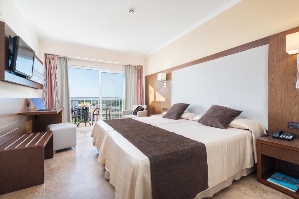 Een bed of bedden in een kamer bij Hotel Torre Azul & Spa - Adults Only