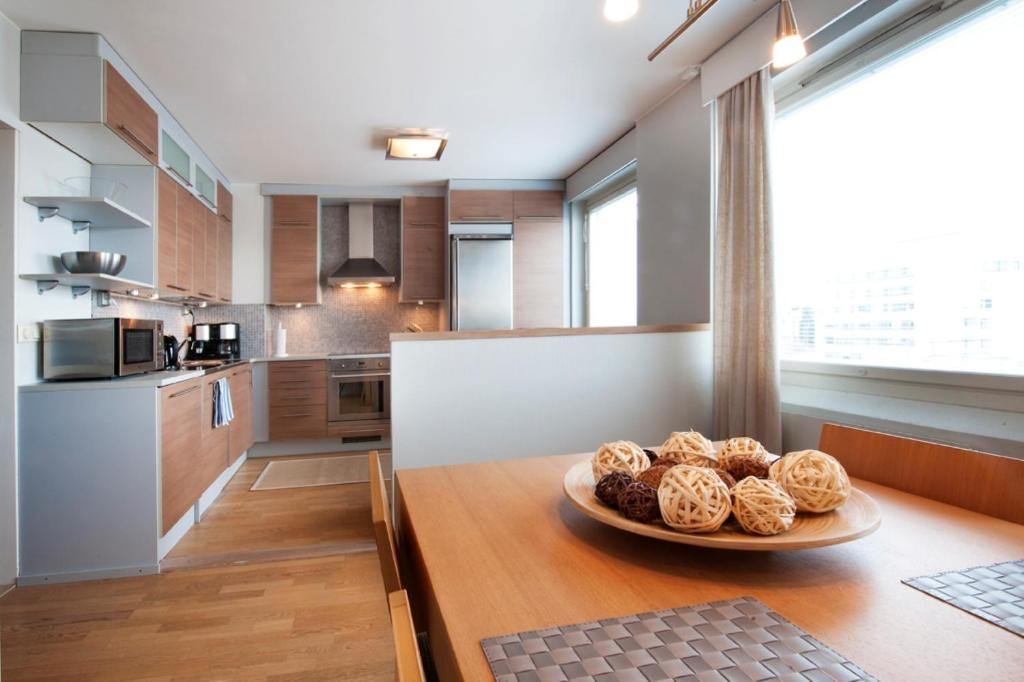 A kitchen or kitchenette at Kotimaailma Apartments Tampere