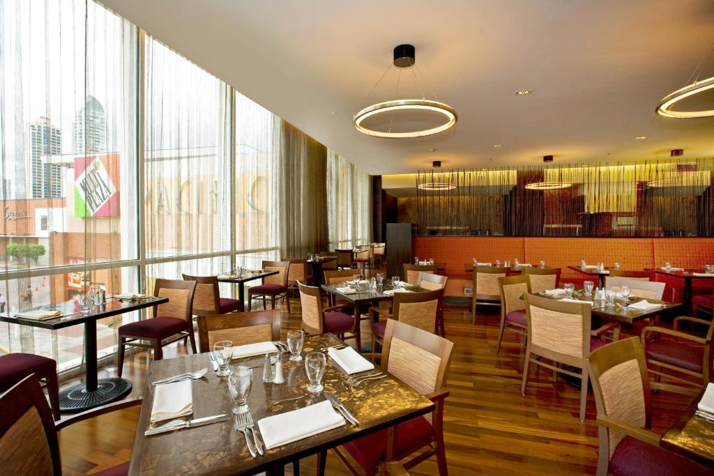 A restaurant or other place to eat at Courtyard by Marriott Panama Multiplaza Mall