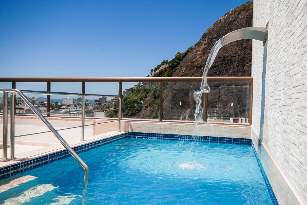 A piscina localizada em Hotel Atlântico Rio ou nos arredores