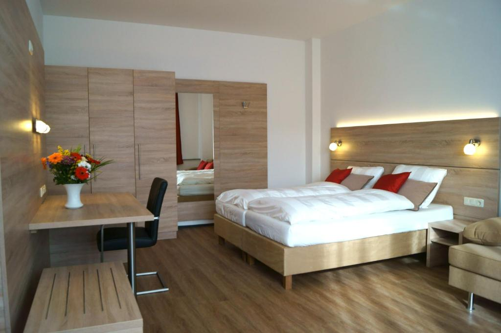 A bed or beds in a room at Das Falk Apartmenthaus