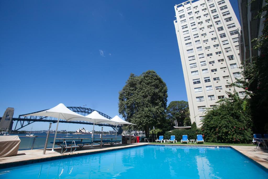 בריכת השחייה שנמצאת ב-Harbourside Apartments או באזור