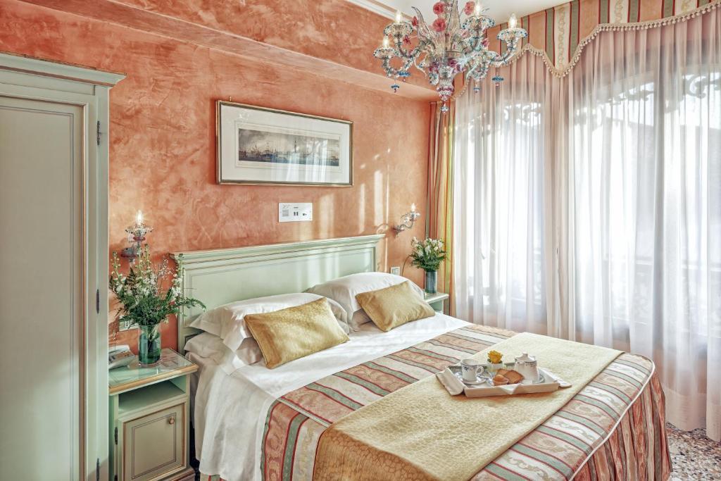 En eller flere senger på et rom på Hotel Firenze