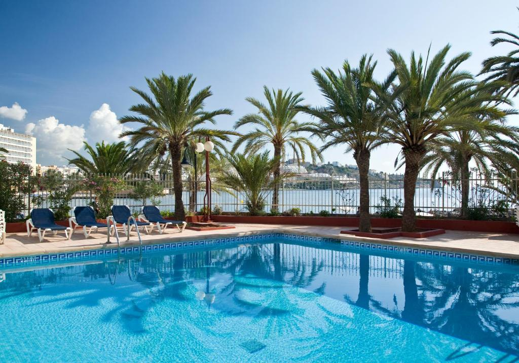 The swimming pool at or close to Apartamentos Llobet