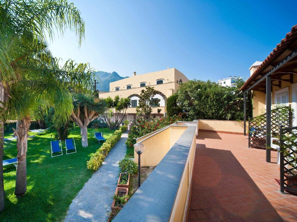 Вид на бассейн в Hotel Villa Svizzera Terme или окрестностях