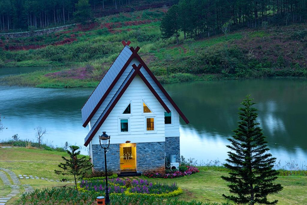 Biệt Thự 4 Phòng Ngủ Nhìn Ra Hồ Nước