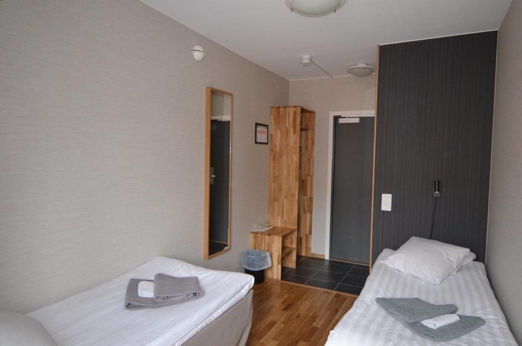 A bed or beds in a room at Hotell Svanen