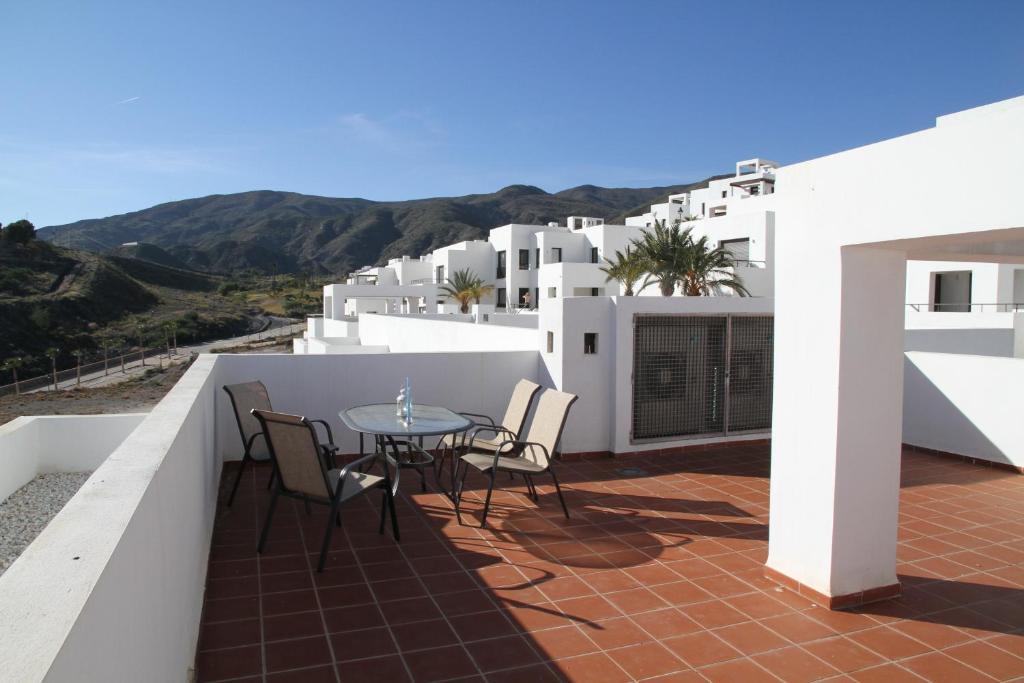 Un balcón o terraza de Apartamentos Los Patios Playa Macenas