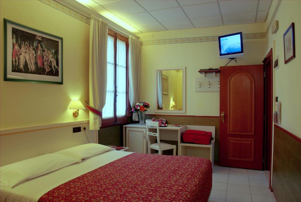 Una televisión o centro de entretenimiento en Hotel Casci