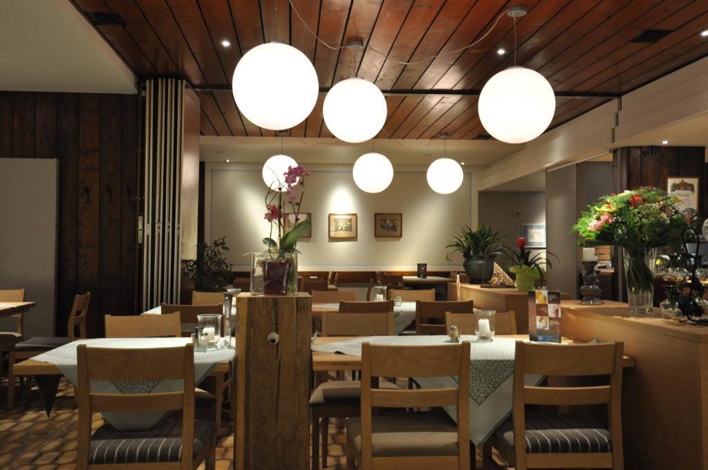 Ein Restaurant oder anderes Speiselokal in der Unterkunft Gasthaus Sonne