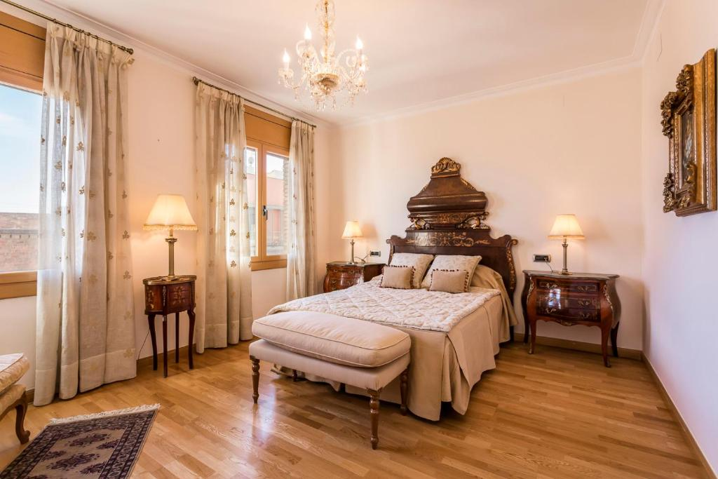 A bed or beds in a room at Barcelona4nights Royal Gracia