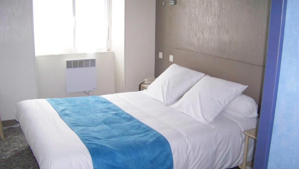 Ein Bett oder Betten in einem Zimmer der Unterkunft Hotel Du Port