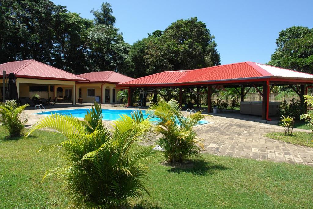 Het zwembad bij of vlak bij Kekemba Resort Apartments Paramaribo