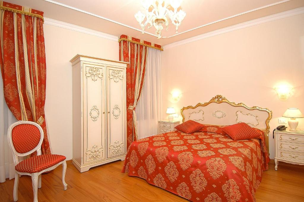 A bed or beds in a room at Hotel San Luca Venezia