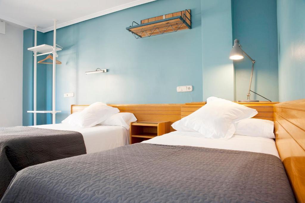 A bed or beds in a room at Apartamentos Sabinas Don Jaime