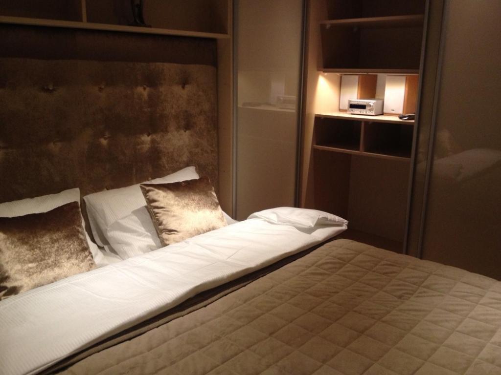 Łóżko lub łóżka w pokoju w obiekcie Old Muranow Apartment by WarsawResidence Group