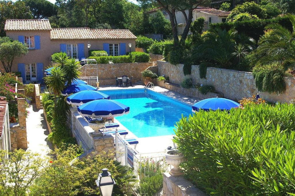 A view of the pool at Hôtel Jas Neuf or nearby