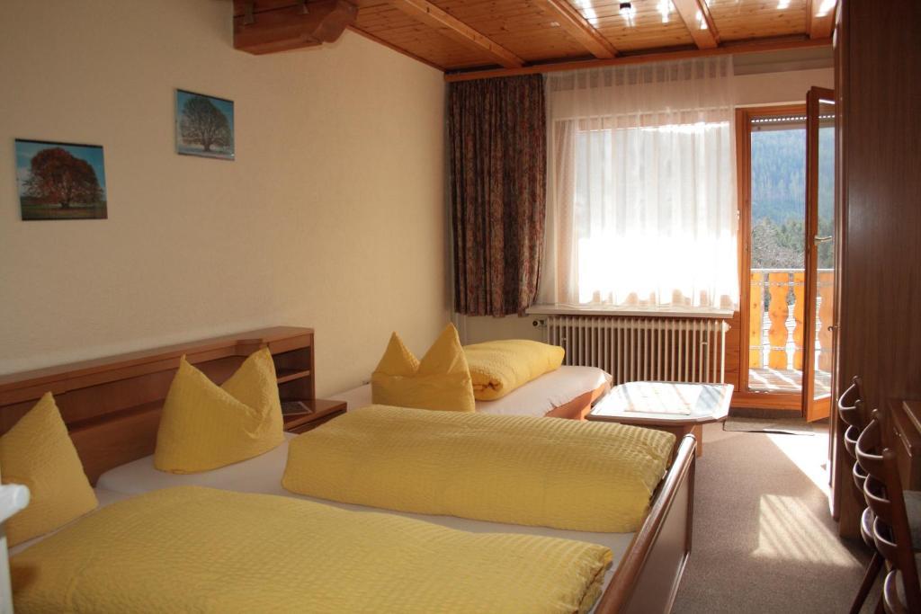 Ein Bett oder Betten in einem Zimmer der Unterkunft Schwarzwald-Gasthof Hirsch