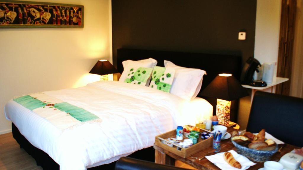 Een bed of bedden in een kamer bij Santis Bed En Breakfast