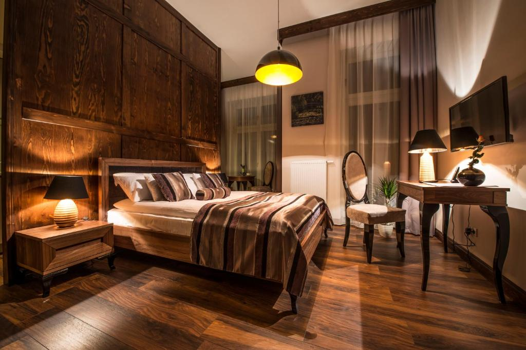 A bed or beds in a room at Topolowa Residence