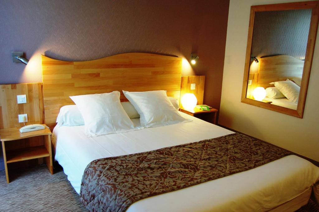 A bed or beds in a room at The Originals City, Hôtel Cositel, Coutances (Inter-Hotel)