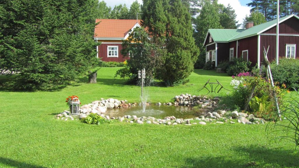 Ein Garten an der Unterkunft Luomajärven Hevoskievari