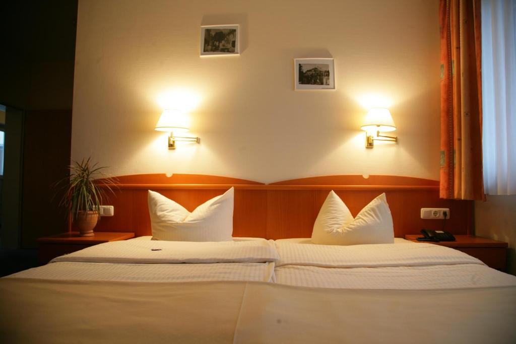 A bed or beds in a room at Hotel Wilhelmshöhe