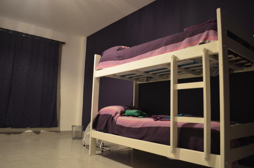 מיטה או מיטות קומותיים בחדר ב-D-Gira Hostel Jujuy