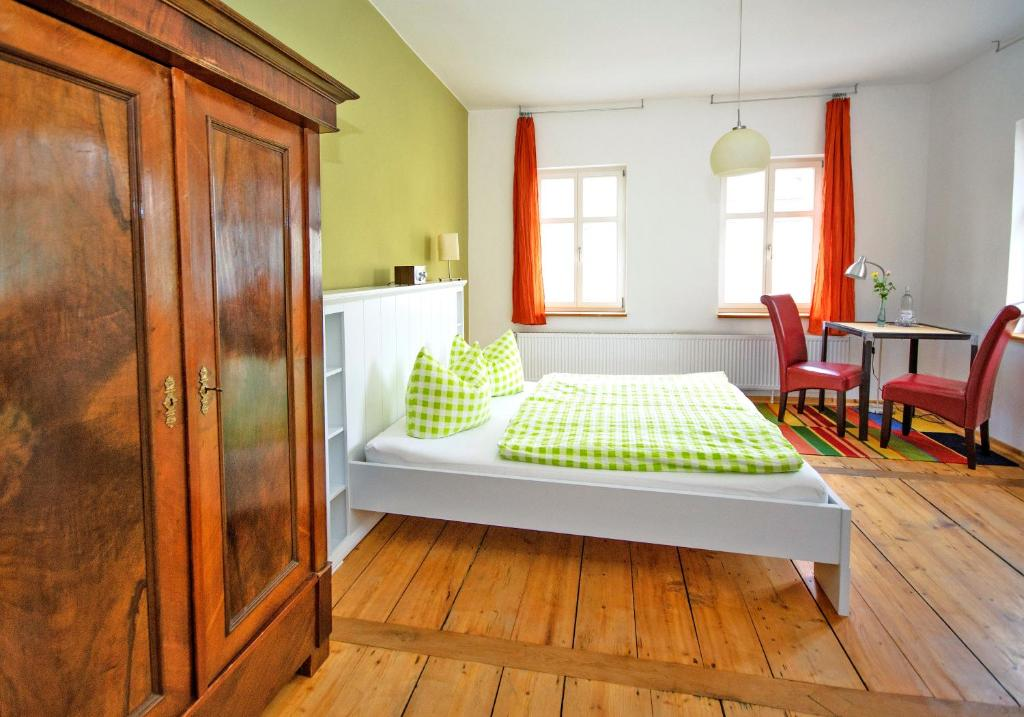 A bed or beds in a room at Pension Onkel Ernst