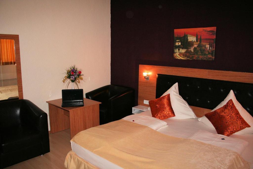 Ein Bett oder Betten in einem Zimmer der Unterkunft Hotel Drei Kronen