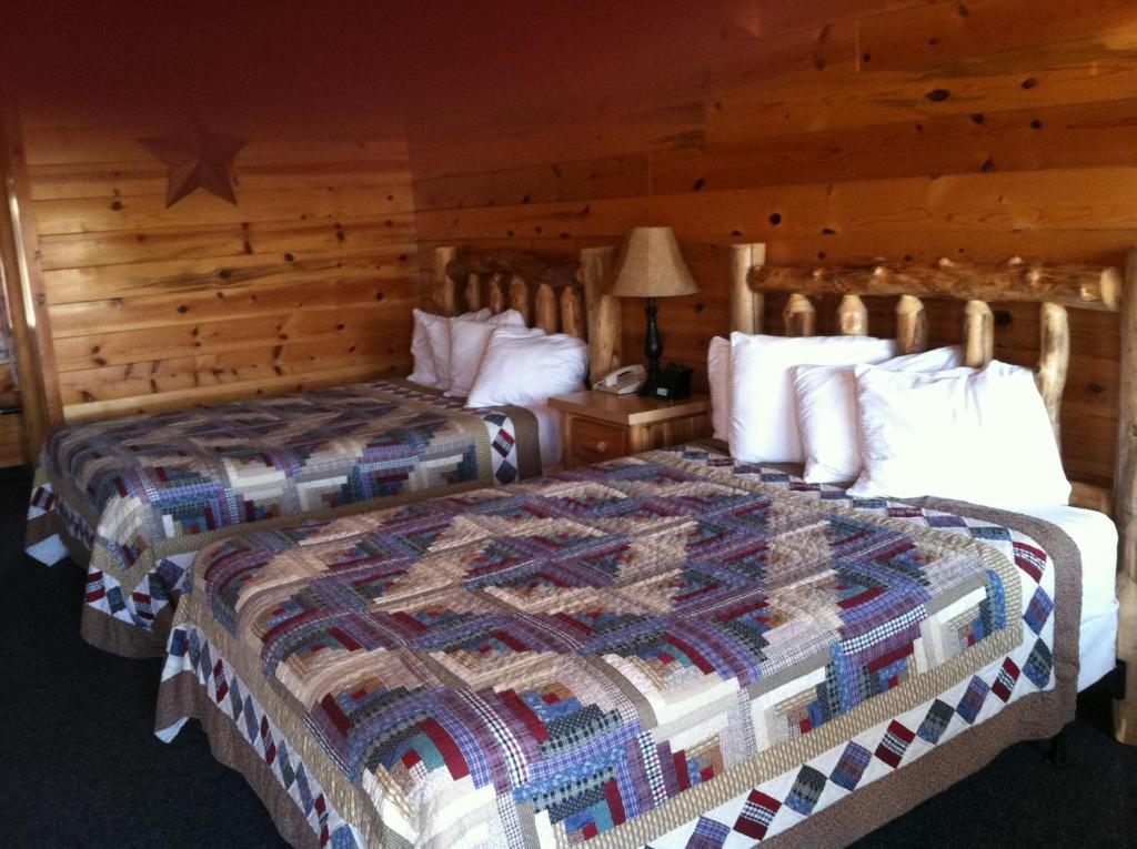 A bed or beds in a room at Bryce Canyon Inn Cabins