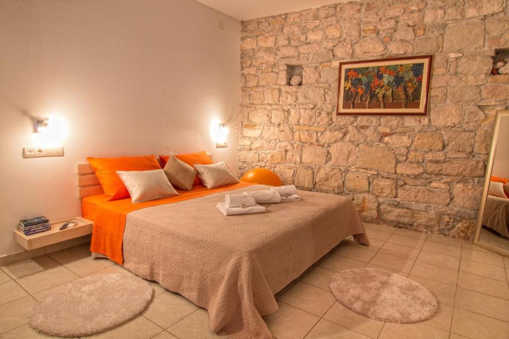 Een bed of bedden in een kamer bij Split Inn Apartments
