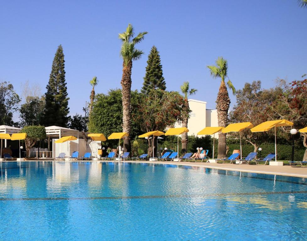 The swimming pool at or close to Smartline Protaras