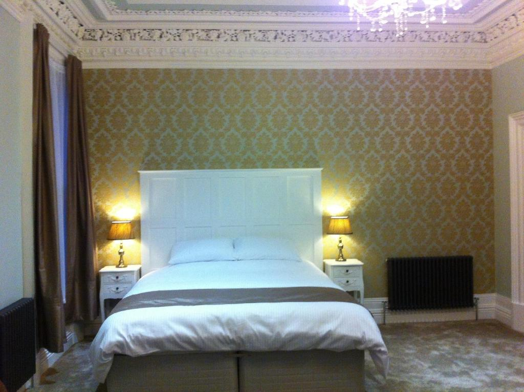 A bed or beds in a room at Harpers