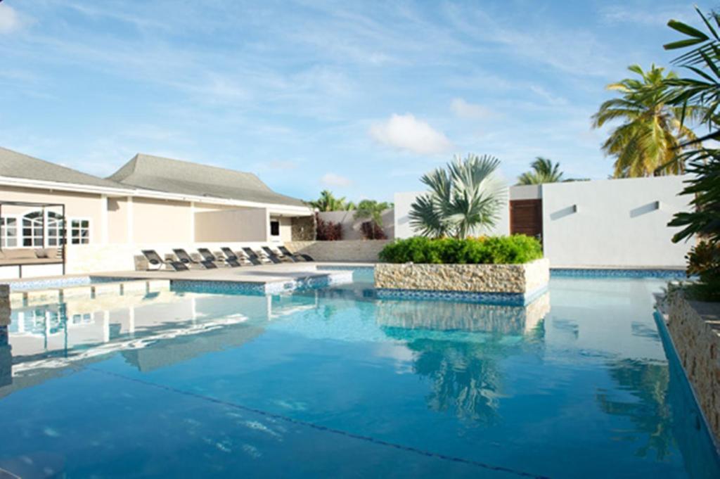 Het zwembad bij of vlak bij Trupial Hotel & Casino
