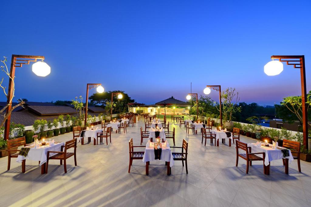 A restaurant or other place to eat at Zfreeti Hotel