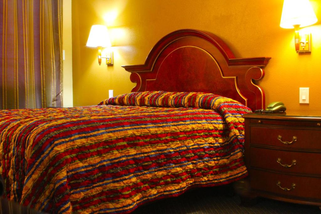 A bed or beds in a room at Redondo Beach Inn-LAX