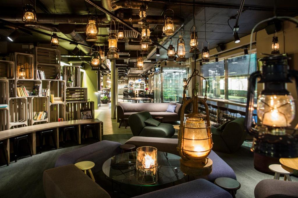 Lounge o bar area sa STF Göteborg City Hotel
