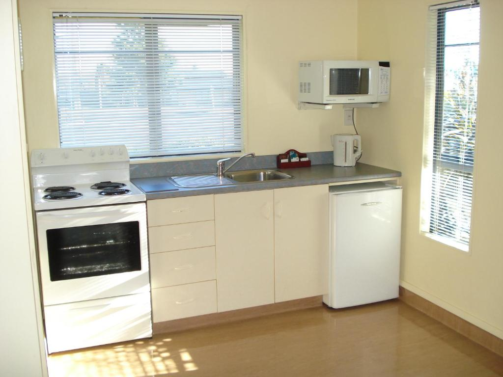 A kitchen or kitchenette at The Peaks Motor Inn