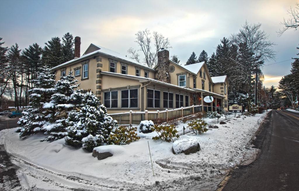 Woodfield Manor Resort: A Sundance Vacations Resort during the winter