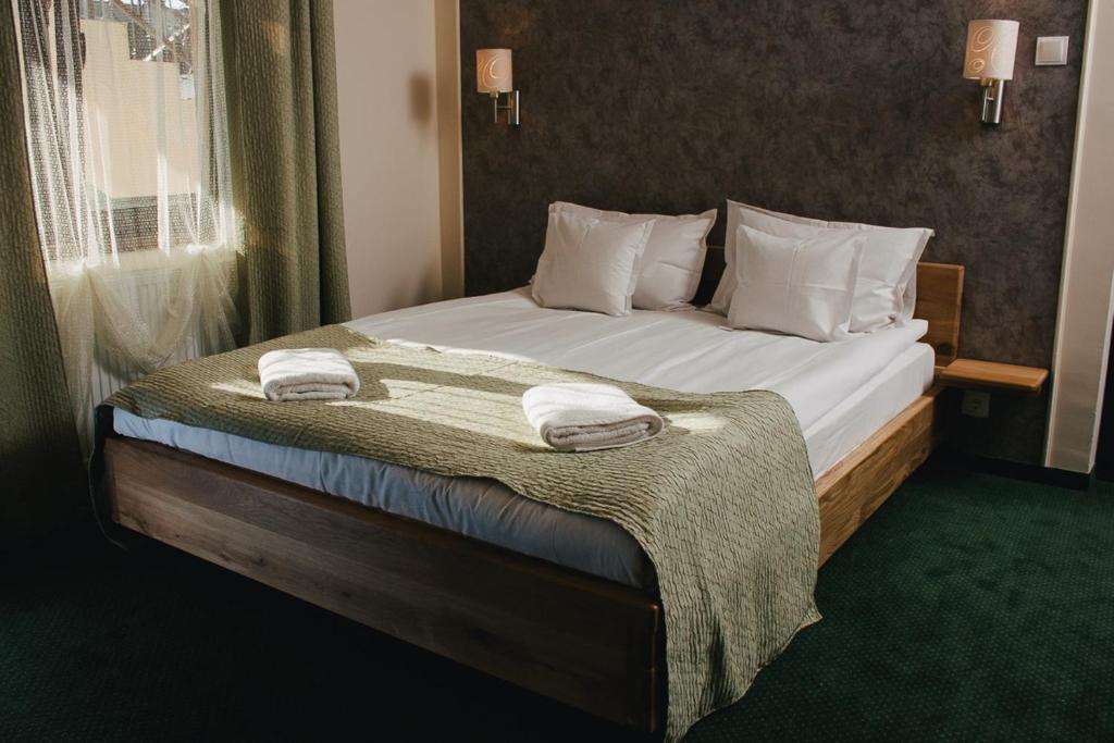 A bed or beds in a room at Pensiune Restaurant Flamingo