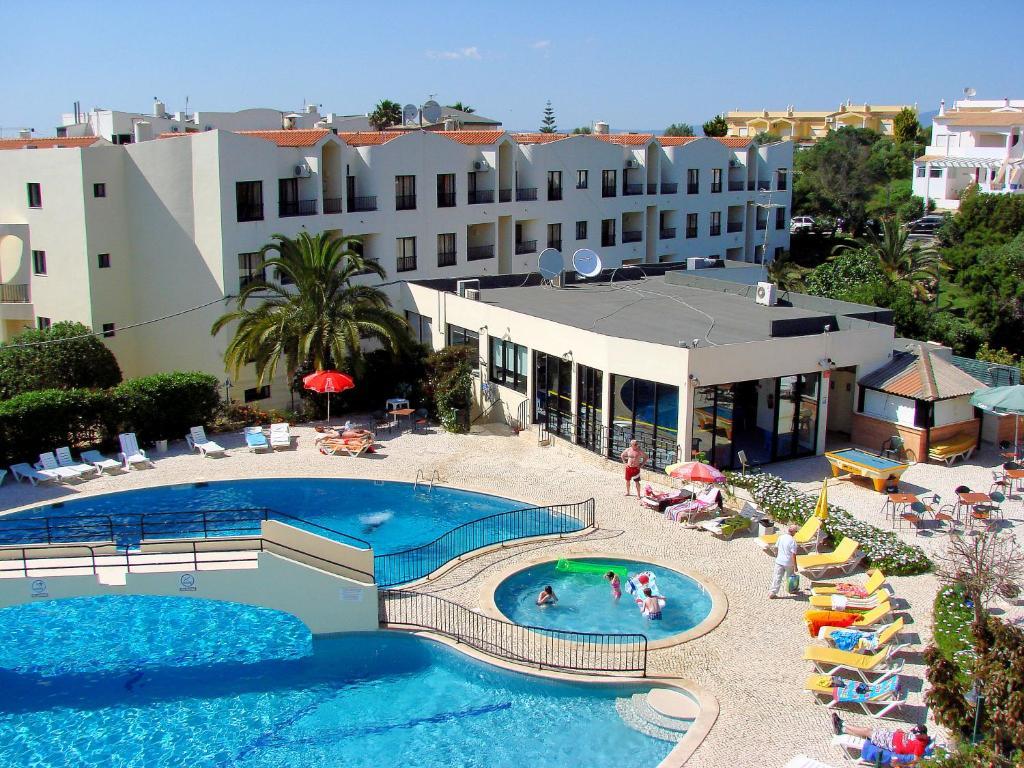 Uma vista da piscina em Clube Alvorférias ou nas proximidades