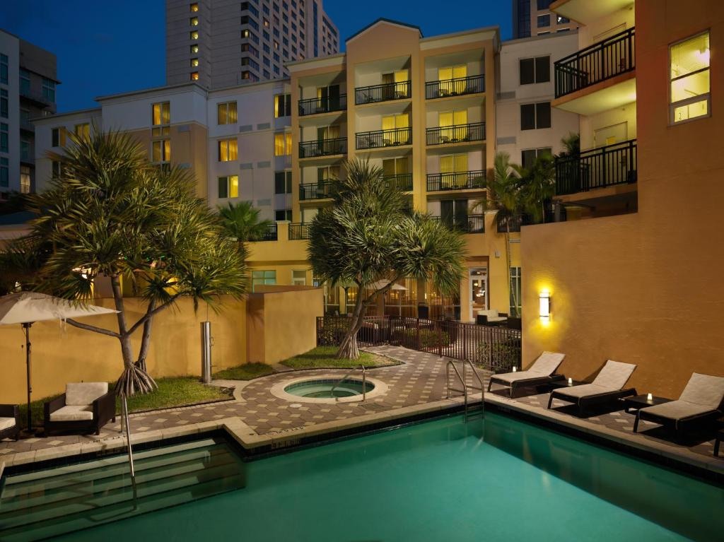 The swimming pool at or near Courtyard Miami Dadeland