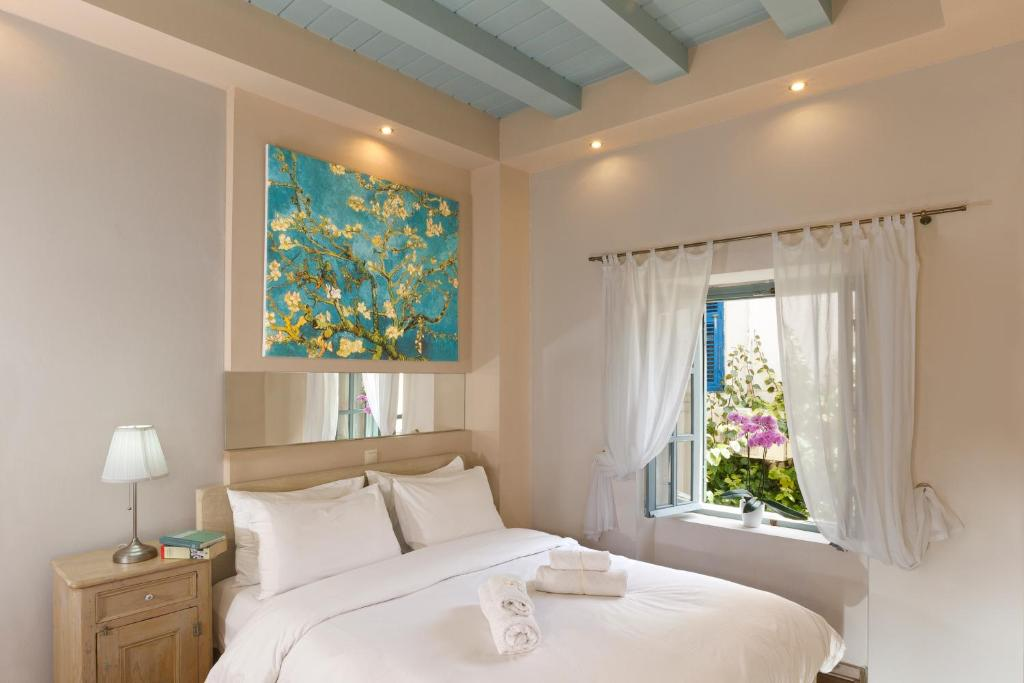 A bed or beds in a room at Casa Antika
