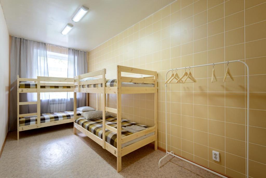 Двухъярусная кровать или двухъярусные кровати в номере Хостел Вояж