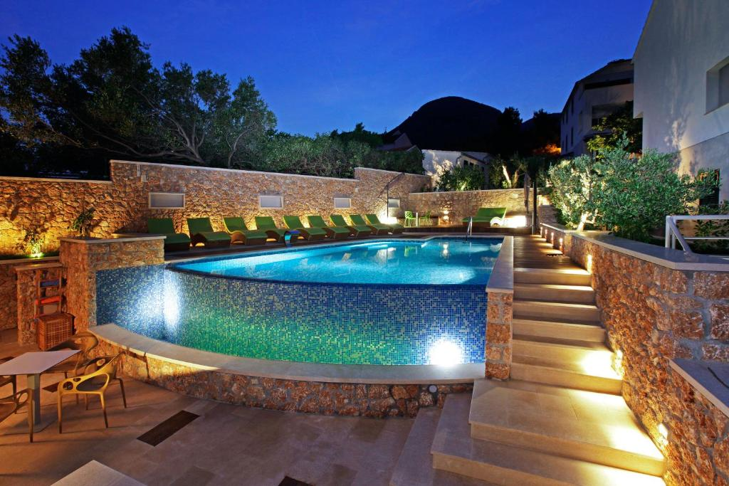 Der Swimmingpool an oder in der Nähe von Boutique Hotel Bol