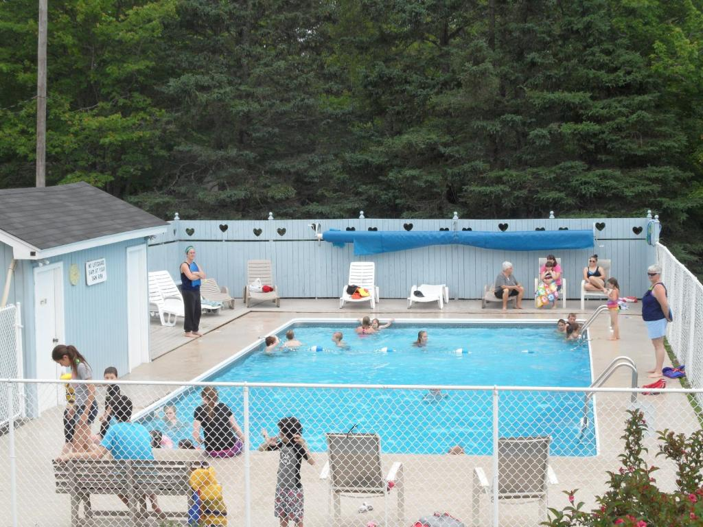 A view of the pool at Mountain Top Cottages or nearby